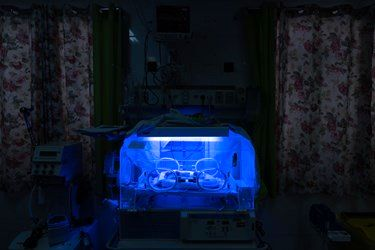 قل یکم ( قل A ) دختر در بخش مراقبت های ویژه نوزادان ( NICU 1 ) زیر دستگاه فتوتراپی جهت درمان زردی / بیمارستان حضرت زینب(س) شیراز