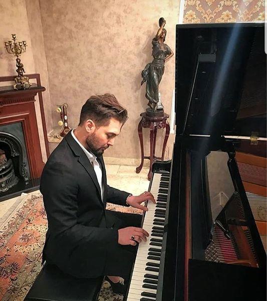 دانیال عبادی در حال پیانو زدن + عکس