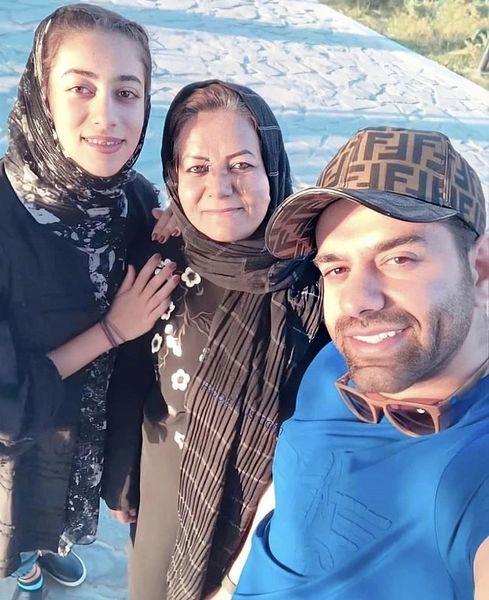 پیاده رویرضا بهرام با مادر وخواهرش + عکس