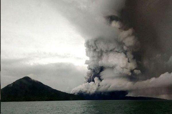 فوران آتشفشان در اندونزی سطح هشدار را بالا برد