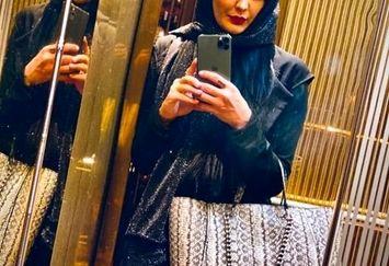 عکس خانم بازیگر با موبایل لاکچری اش