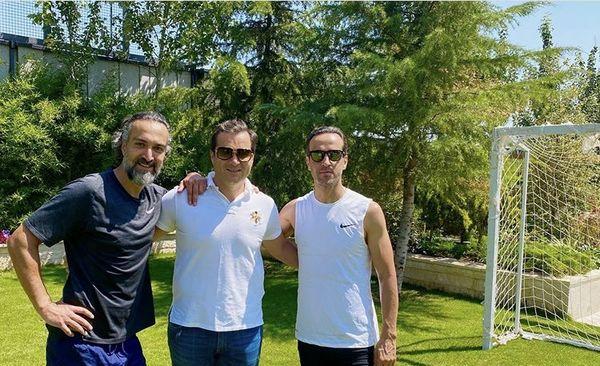 علی کریمی و دوستانش در زمین فوتبال اختصاصی + عکس