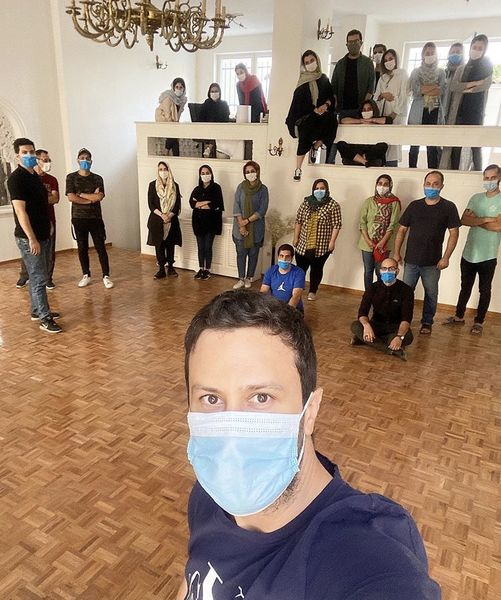 سلفی شاهرخ استخری با کارمندانش + عکس