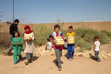 جمعآوری آجر توسط کودکان جهت درست کردن جایگاه برای مراسم چهارپایه خوانی