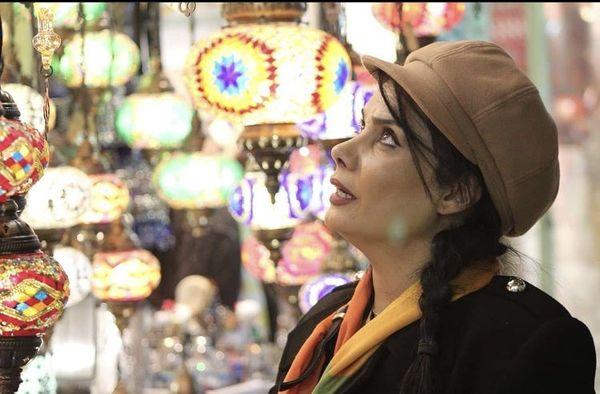 عاطفه رضوی در مغازه ای عتیقه فروشی + عکس