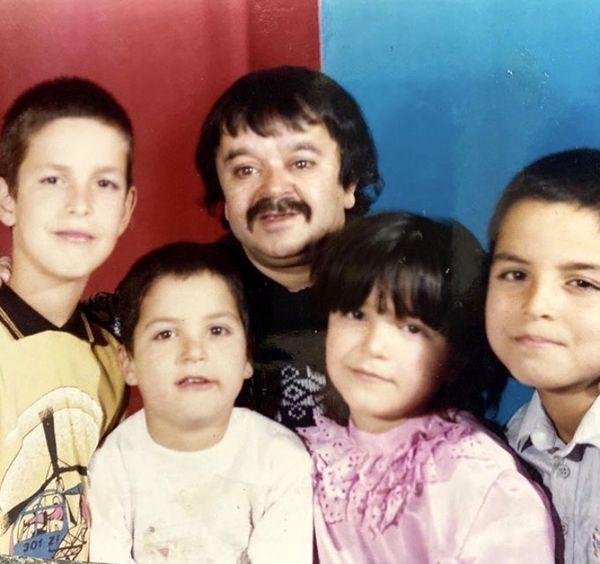 عکس زیرخاکی از اسدالله یکتا و فرزندانش