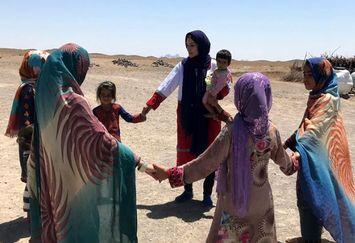 """کار خیر دختر قاچاقچی """"بوی باران"""" برای مردم سیستان!+عکس"""