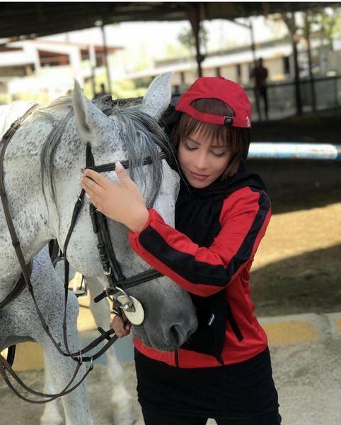 شراره رخام و اسب سفید زیبایش + عکس