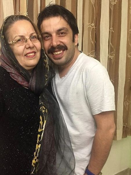 عباس جمشیدی فر و مادرش + عکس