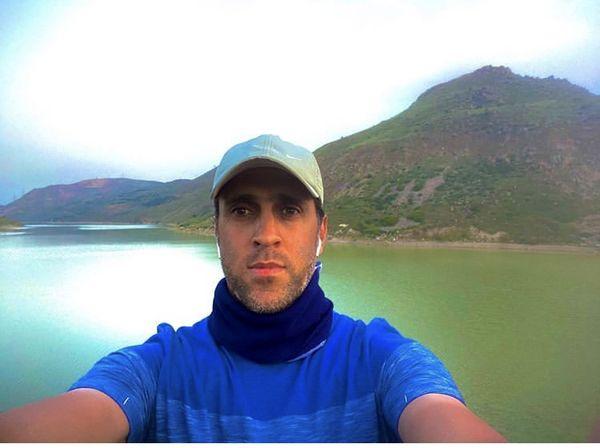 علی کریمی در کنار دریاچه ای زیبا + عکس
