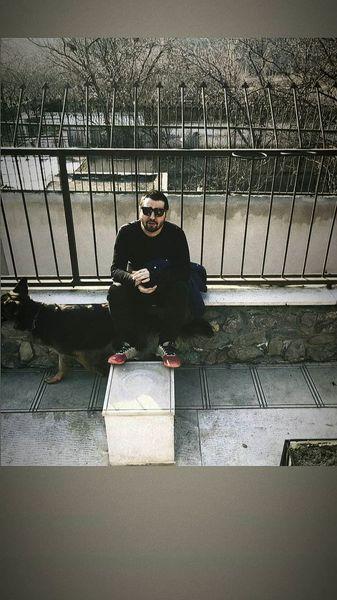 مانی نوری و سگش روی پشت بام خانه اش + عکس