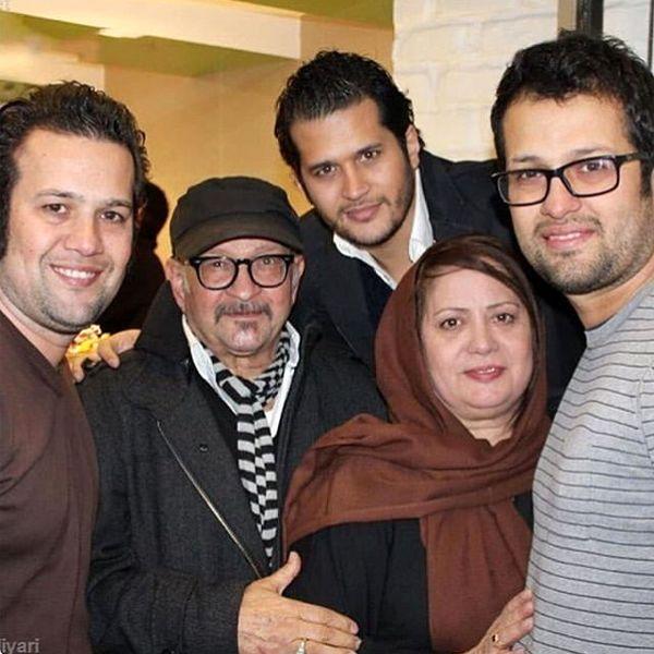 سیاوش خیرابی در کنار پدر و مادر و برادرانش + عکس