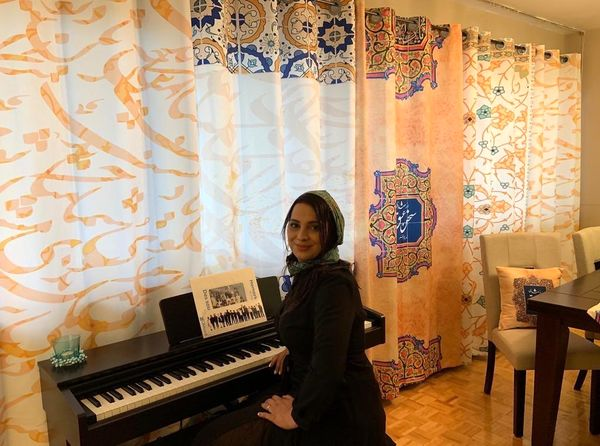 عکس با پیانوی روشنک عجمیان