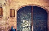 خانم مجری پشت در سرای بهشتیان+عکس