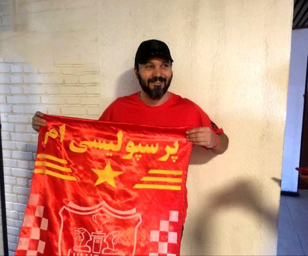 طرفداری کامبیز دیرباز از تیم فوتبال محبوبش + عکس