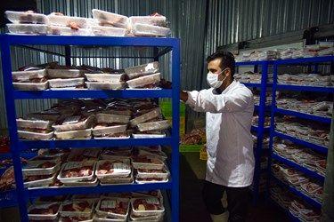 بسته بندی گوشت تبرک حسینیه اعظم زنجان و ارسال آنها به محل توزیع