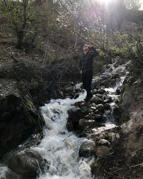 آقای خواننده در میان رودخانه + عکس