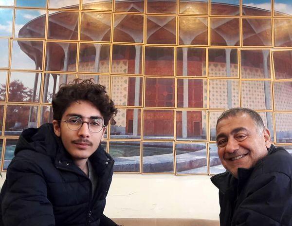 خسرو احمدی و پسر جوانش در تئاتر شهر + عکس