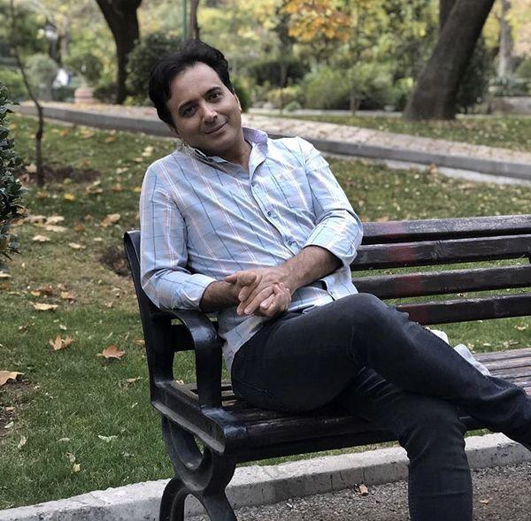 خواننده مشهور در یک پارک + عکس