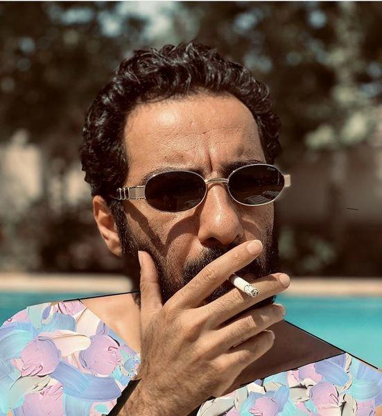 سیگار کشیدن نوید محمدزاده لب استخر + عکس