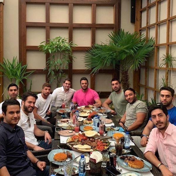 ضیافت شام گلزار برای دوستانش + عکس