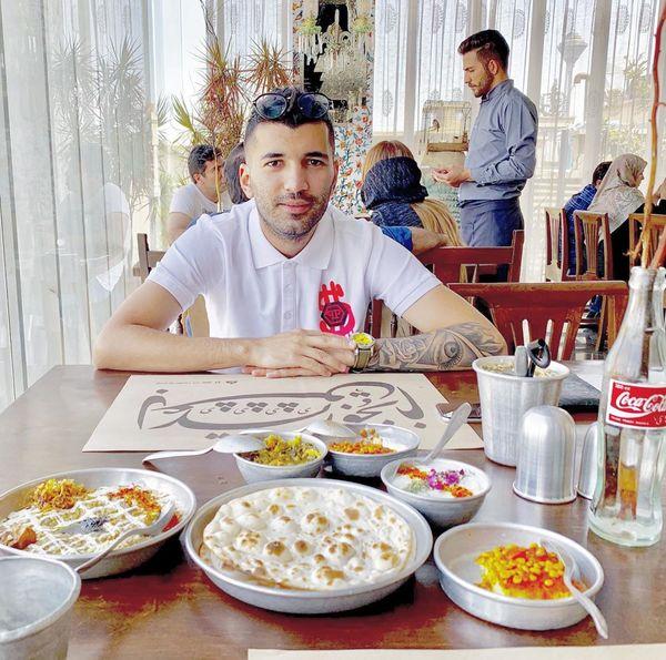 عکس مودب محسن مسلمان در انتظار غذا