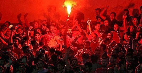 هواداران پرسپولیس جلوی وزارت ورزش تجمع کرده و خواهان پیگیری وزیر شدند+عکس