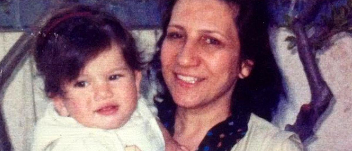 عکس کودکی متین ستوده در آغوش مادرش