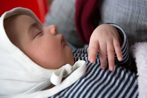 مادرانی کرونایی نوزادان را از شیر طبیعی محروم نکنند