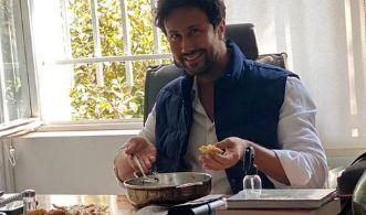 غذا خوردن شاهرخ استخری در محل کارش + عکس