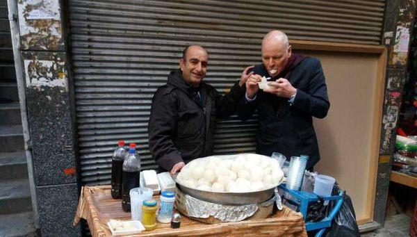 سفیر آلمان در تهران در حال خوردن شلغم!