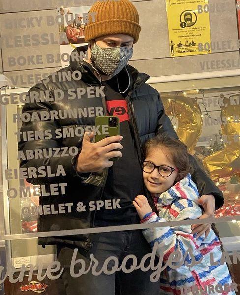 گشت و گذار شاهرخ استخری و دخترش در بلژیک + عکس