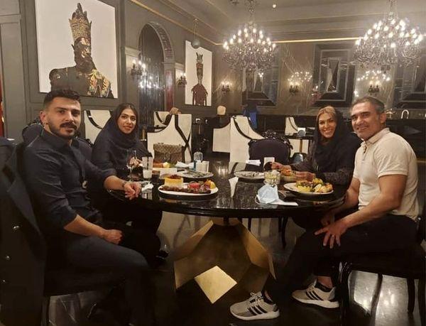 عقاب مشهور آسیا با خانواده اش در رستوران + عکس