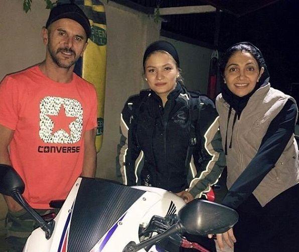 دیدار امین حیایی و همسرش با بانوی موتورسوار ایران+عکس