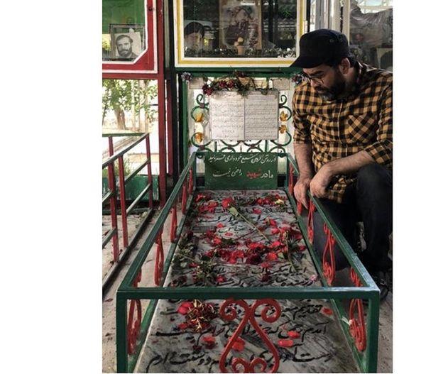 فرزاد حسنی بر مزار دوستان شهیدش + عکس