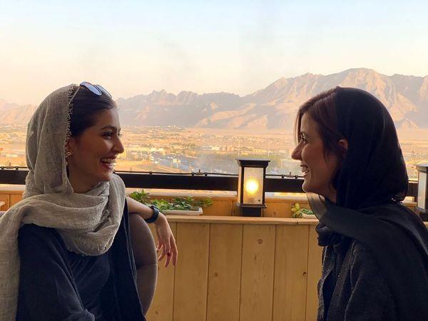 سارا بهرامی و رفیق خندانش بر بام تهران+عکس