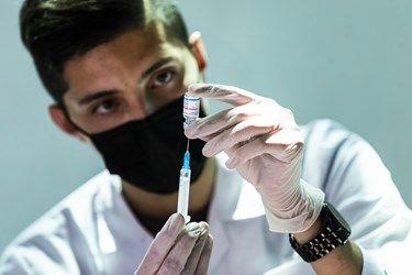 تزریق واکسن سینوفارم در مرکز واکسیناسیون شهید کسری اسماعیلی در مجتمع فرهنگی ۱۳ آبان