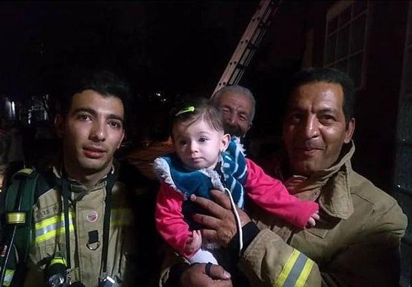 نجات کودک ۸ ماهه از وسط دود و آتش