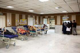 در موج پنجم کرونا، در سالن پذیرش بخش اورژانس کرونا بیمارستان فرقانی قم که صندلی های انتظار قرار داشت با تخلیه فضا، تخت های بیمار قرار داده شده و تمامی آن پر شده است.