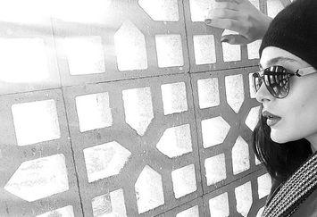 عکس سانیا سالاری با بلوک های سیمانی