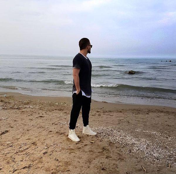دانیال عبادی کنار دریا + عکس