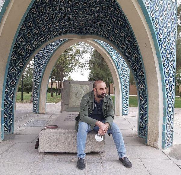 مهران احمدی در یک آرامگاه + عکس