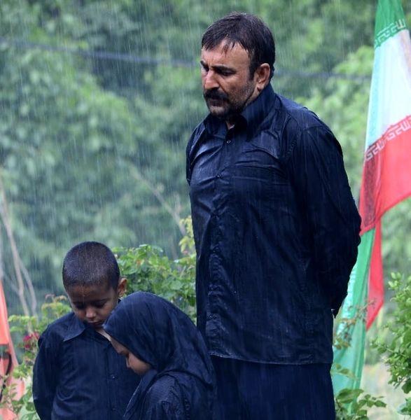 مهران احمدی با چهره ای غمگین در زیر باران + عکس