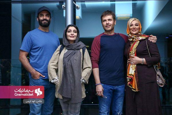 ساره بیات در کنار کوروش تهامی و همسرش