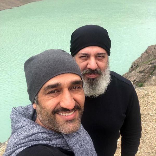 پژمان جمشیدی و رفیقش در کنار دریاچه + عکس