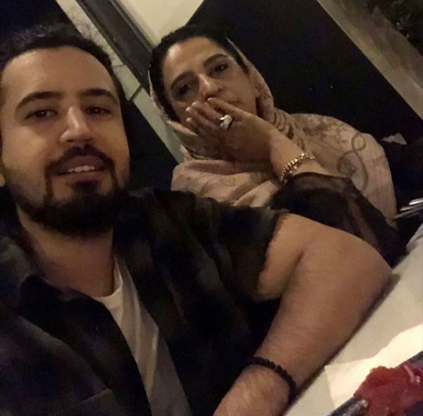 مهرداد صدیقیان و مادرش در یک رستوران + عکس