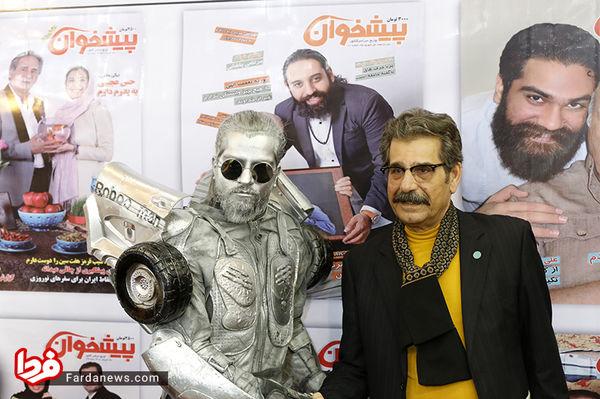 بازیگر سینما در کنار سیلورمن نمایشگاه مطبوعات/عکس
