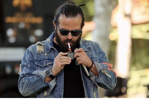 هومن سیدی در حال سیگار کشیدن در خیابان + عکس