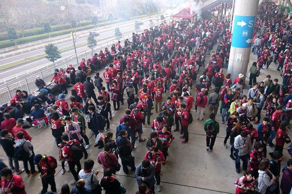 تصاویری از ورزشگاه محل بازی پرسپولیس و استقبال تماشاگران ژاپنی