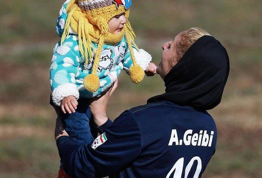 یک مادر فوتبالیست با اعمال شاقه+ عکس